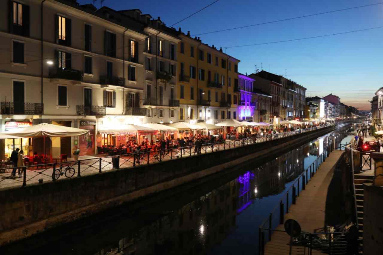 Milano, notte di follia ai Navigli: risse, rapine e bottiglie rotte