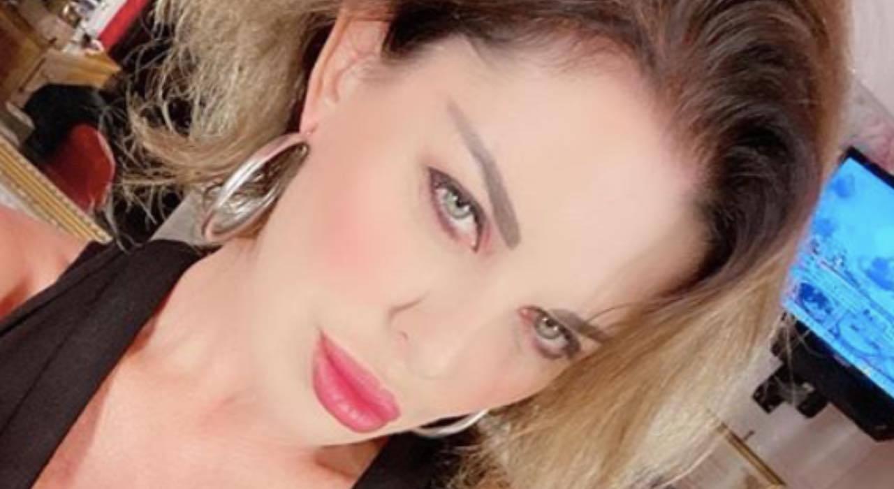 Alba Parietti 'morsa da un vampiro': la critica alza i toni