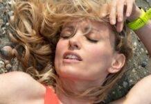 Justine Mattera distesa, relax in trikini: la temperatura si alza