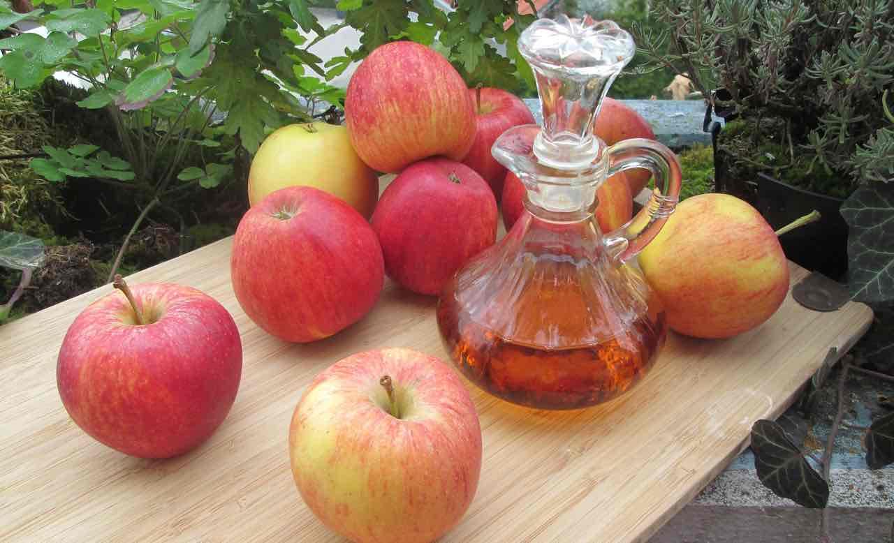 Aceto di mele, benefici e proprietà: ottimo contro la cellulite