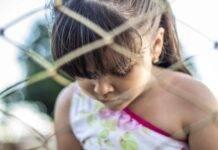 Bambina violentata dal padre con utensili di casa, la mamma sapeva tutto