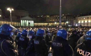 """Napoli, la protesta non si ferma, in migliaia in piazza: """"Non vogliamo fallire"""""""