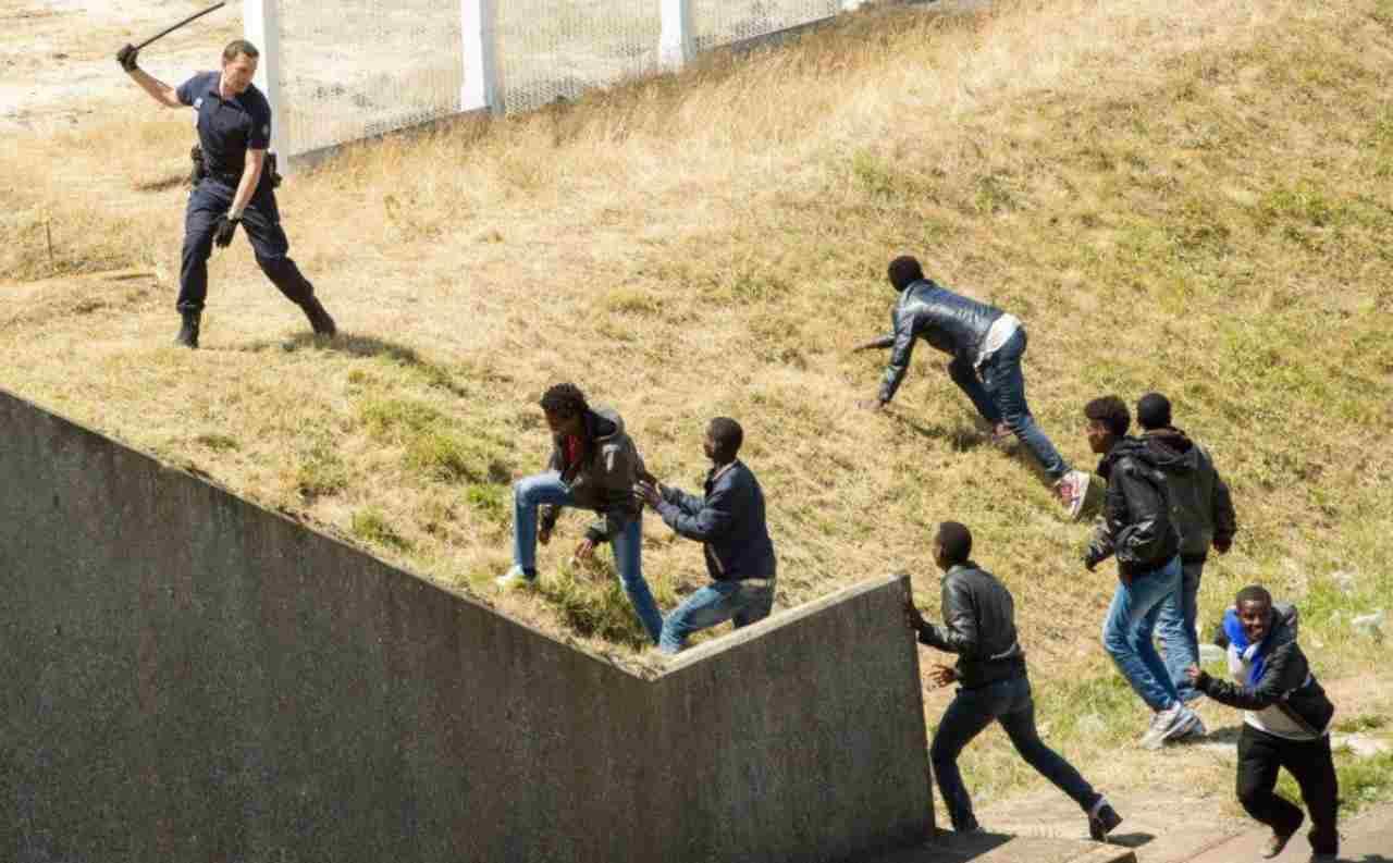 Poliziotto contro migranti