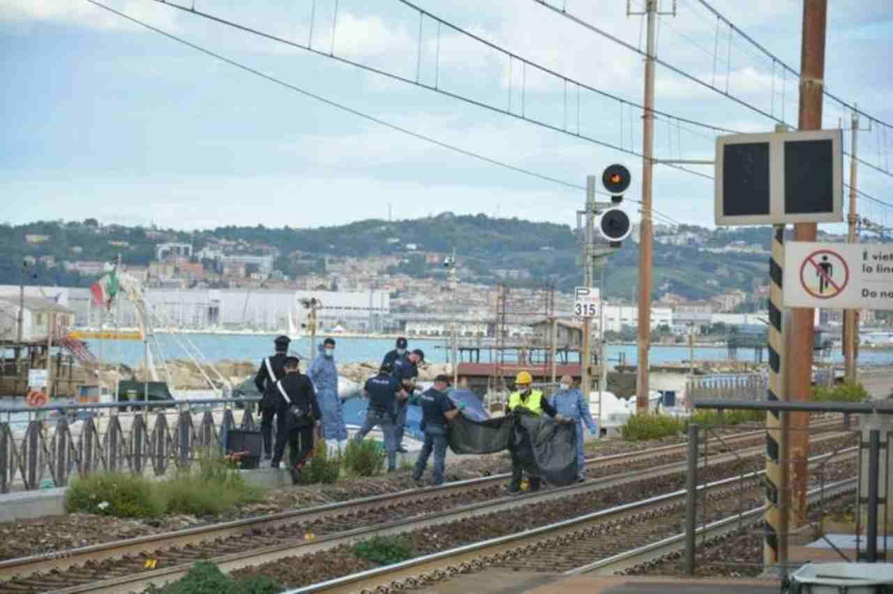 Uomo investito da treno Ancona