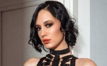 Amber Hope lancia la moda dei peli sotto le ascelle: foto, età e Instagram