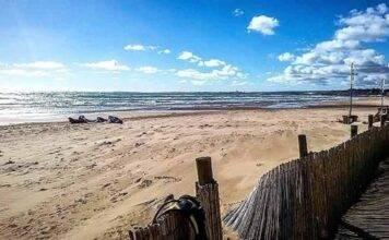 Un cadavere tra la sabbia ed il mare increspato di novembre: è giallo