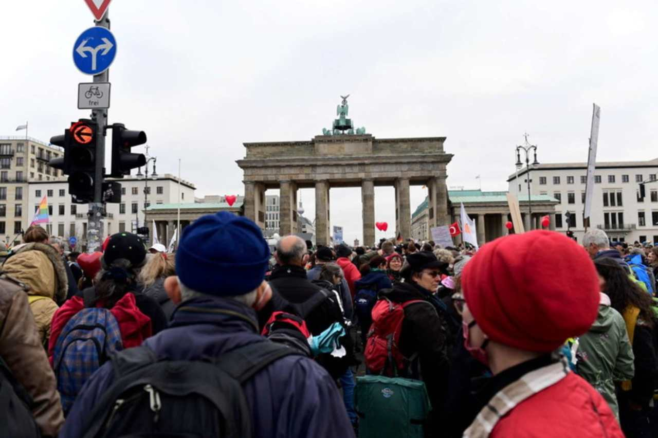 Proteste a Berlino per la misure restrittive anti-Covid