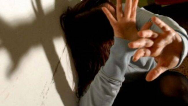 Mamma violenta: testa nella lavatrice e niente cena a Natale per le figlie