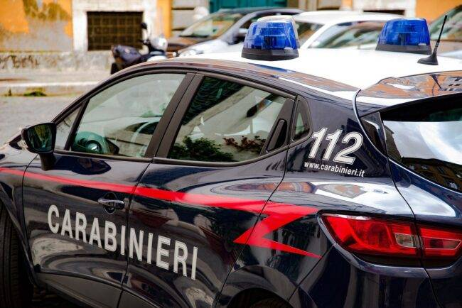 Uccide la moglie con tanta violenza, poi è lui a chiamare i carabinieri
