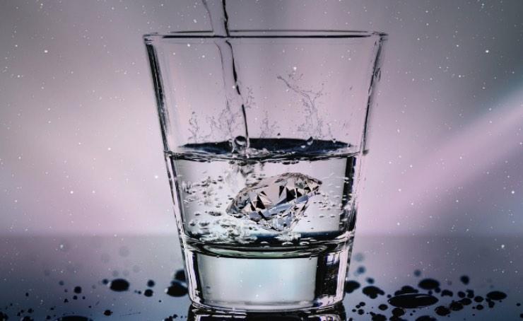 Test personalità, come tieni il bicchiere tra le mani? Scopri il tuo linguaggio