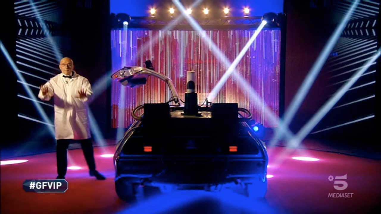 Finale GF VIP, Alfonso Signorini ritorno al futuro: a bordo della DeLorean