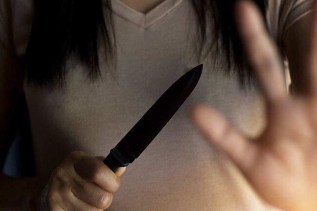 Ragazza con il coltello - immagini di repertorio (Google Images)