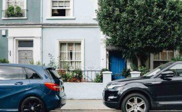 I vicini le lasciano un messaggio sull'auto: il contenuto è incredibile