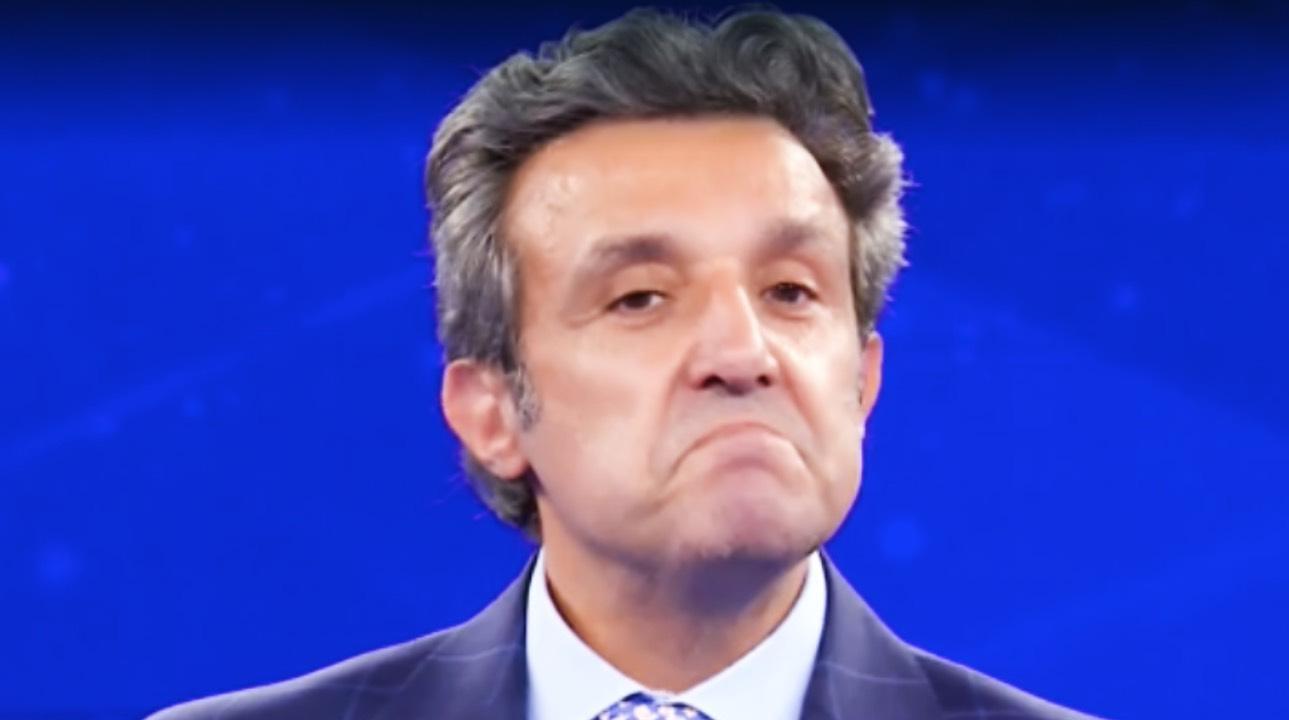 """Flavio Insinna colpito, perplessità in diretta: """"avranno mai chiesto?"""""""