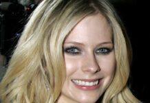 Avril Lavigne, l'approdo dopo anni: per lei il tempo non passa