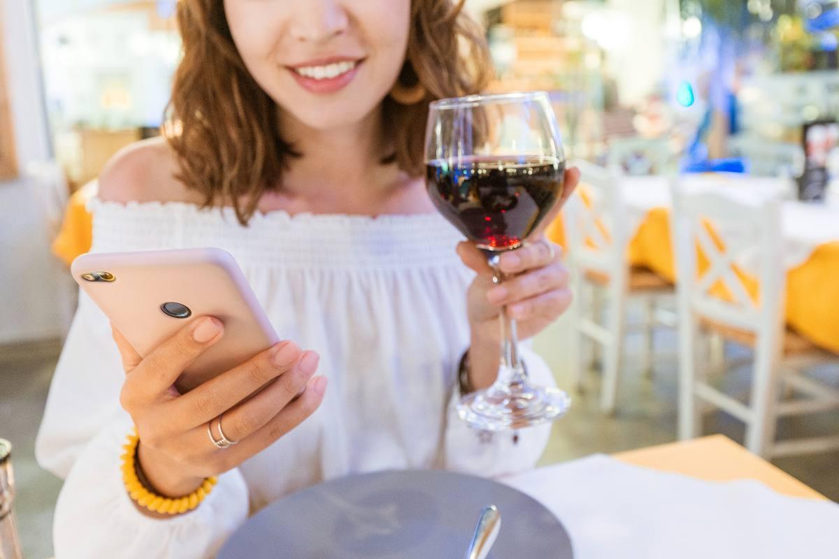 Prenotazione ristorante tramite applicazione (AdobeStock)