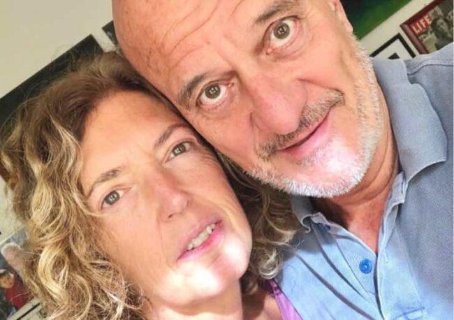 Claudio Bisio, avete mai visto sua moglie? Il loro primo incontro